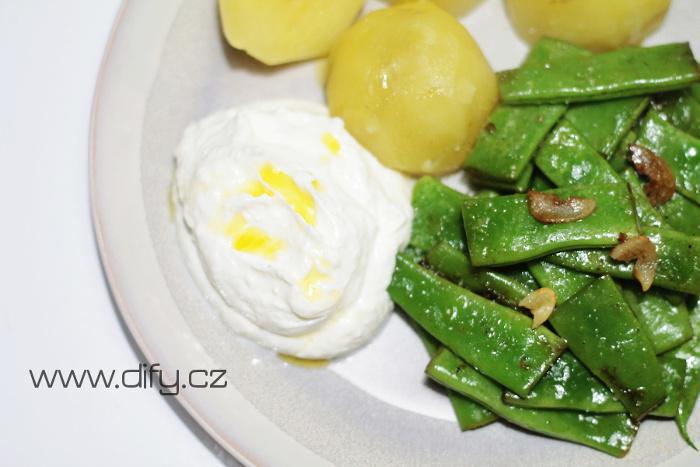 Zelené fazolky na másle s jogurtovou omáčkou s parmezánem