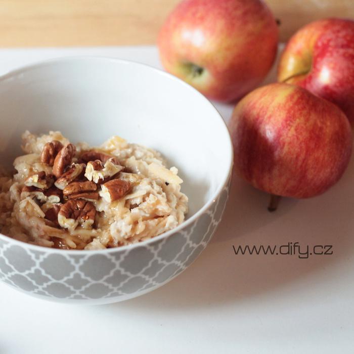 Nejjednodušší ovesná kaše s jablkem, medem a pekany