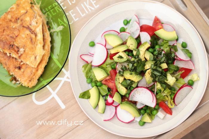 Svěží salát s avokádem a ředkvičkami
