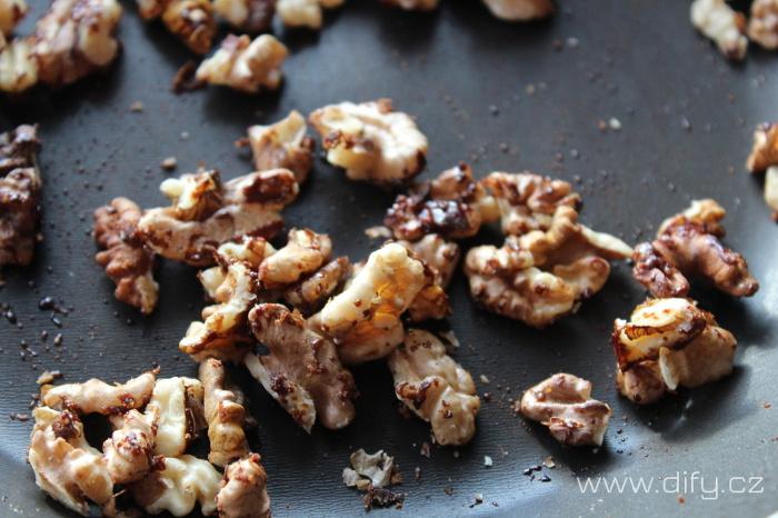 Pražení vlašských ořechů do salátu