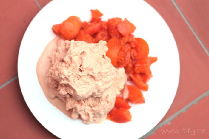 Domácí zmrzlina z meruněk a jogurtu