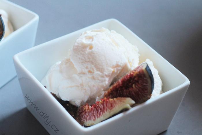 Domácí jogurtová zmrzlina s fíkovou omáčkou