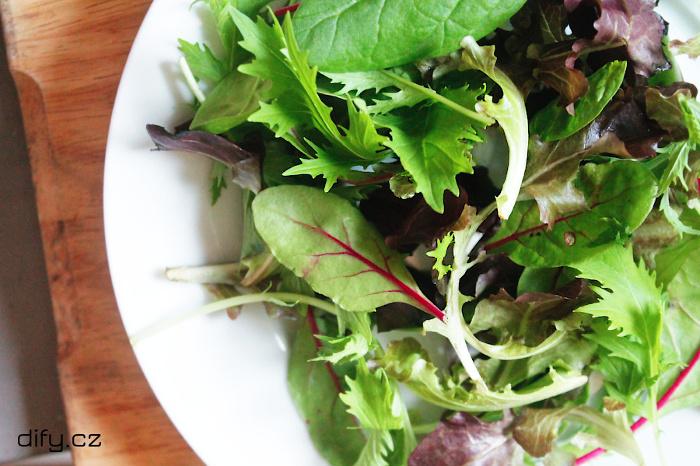 Čerstvý salát z drobných lístků, ideální základ pro salát