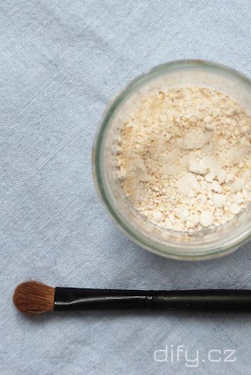 Jak vyrobit domácí suchý šampon? O diy suchých šamponech pro všechny barvy vlasů