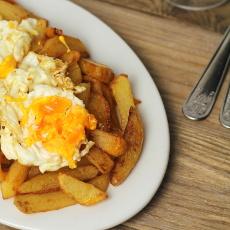 recept na španělské huevos rotos - bramborové hranolky se smaženým vejcem