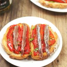 recept na tostu (topinku) s paprikou a ančovičkou