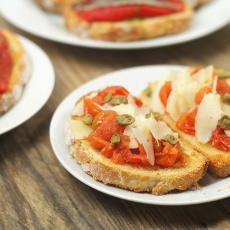 recept na tostu (topinku) s pečeným rajčetem a sýrem